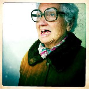 HorisontEn tant. Jag älskar att plåta tanter. Hon tittar ut mot havet i Barceloneta.