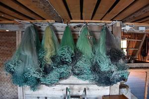 Johanssons sjöbod är full av fisknät av alla sorter. Tidigare fiskade paret betydligt mer än i dag.
