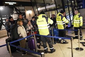 Id-handlingar med bild kontrolleras av väktare på Kastrups tågstation, 4 januari.