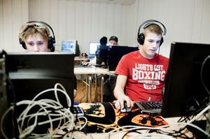 Andreas Pettersson och Emil Ågren värmde upp med schack då internetuppkopplingen ännu inte kommit igång.