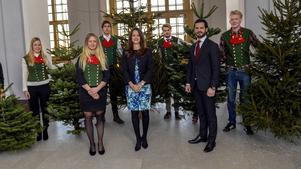Sara Holappa Jonsson (till vänster) levererade julgranar till prinsparet tillsammans med klasskompisar från jägmästarutbildningen.
