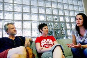 Anders Hedén, Marlene Solberg, och Janne Brit Rustad är på besök i Länstidningens kommer in till Länstidningens nya lokaler och berättar om teaterstycket Bjönnlabben.Foto: Henrik Flygare