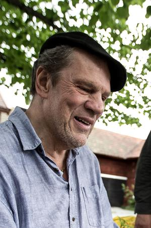 Tomas Holst, konstnären bakom världens minsta dalahäst som finns i Dala-Järna.