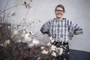 Lina Sofia Lundin är expert på hur man växtfärgar tyger och garner. Hon har på sig en sidentröja som har fått sin färg från granatäpple och järn.