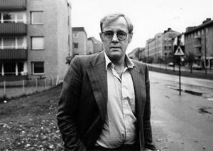 MAMMAS GATA. Lasse Strömstedt från Gävle började sin karriär som förbrytare, kåkfarare, knarkare och fängelsekund och slutade som författare, debattör, skådespelare och tv-kändis. Här är han på besök på sin barndoms Brynäs.