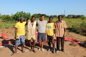 Michel med några av de volontärer som hjälper till med byggandet av Nhangaus nya samlingslokal.