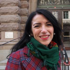 Amineh Kakabaveh, riksdagsledamot för Vänsterpartiet, berättar om sitt liv och sin kamp i Helene Bergmans bok