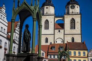 Martin Luther står staty framför rådhuset i Wittenberg.