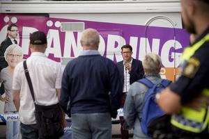 Sverigedemokraternas partiledare Jimmie Åkesson under ett torgmöte i Västernorrland.