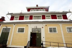 PRO renoverade. När Sandvikens kommun på 80-talet tog över Valhalla från Sandvik slöt man ett avtal med PRO om att de skulle få disponera lokalerna mot att byggnaden rustades upp. Under nästan tio år renoverade medlemmarna Valhalla från ett ruckel, till en vacker byggnad som ser ut som i fornstora dagar. Nu har renoveringsarbetet blivit film.