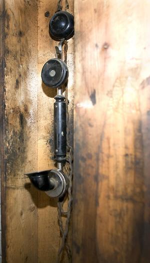 Mycket tidigt hade man en egen telefonlinje mellan verkstaden och köket. Telefonen hänger ännu kvar på sin plats i verkstaden.