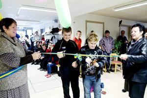 OFFICIELLT INVIGD. Eleverna Jesper Bergström och Linus Olsson fick hjälp av Gävle kommunalråd Carina Blank och rektor Britt Bergman-Danielsson när de skulle klippa bandet på invigningen av Träningsskolans nya lokaler i Ulvsäterskolan i Sätra.