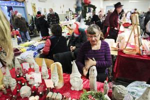 Julmarknaden i Tövsätter, Forsa, lockade många besökare. Marie Nezadalova sålde bland annat tomter i betong.