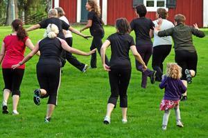 Pigga ben. På måndagsgympan vid Hallsbergs hembygdsgård är det fart på deltagarna.