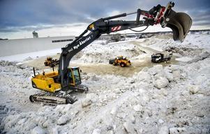 Tre grävmaskiner och en lastbil jobbar dygnet runt med att stuva om snön på Boglundsängen. Kommunens snöstrategi är att möblera om massorna så att mer snö får plats på samma deponi.