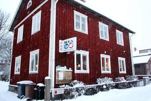 Ria och LP-stiftelsen håller till i ett trähus på Köpmangatan och besöks varje dag av uppemot 40 personer.