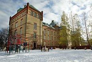 Arkivbild Brynässkolan kvar? Bekymrad. Jens Leidermark, s, har fortfarande ingen klar bild över vilka skolor som kommer att läggas ner till hösten. Senast i februari måste besluten vara tagna.