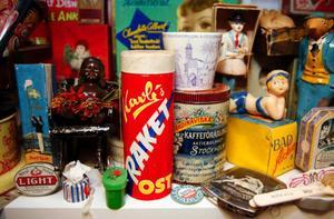 Raketosten har fått en särskild nimbus bland nostalgiker. Mjukosten som förpackades i ett vaxat rör. Osten sköts upp ur röret och skars i skivor med ett vidhängande snöre. Raketosten försvann från marknaden 1979.