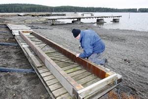 Ole Grönblad plockar isär de gamla bryggorna. De ersätts av nya och och härkommer en efterlängtad båthamn att snart stå klar.