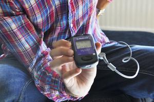 Med hjälp av en dosa kan Robin Bredin justera elekrodernas frekvens.