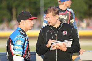 Lagledare Peter Johansson och lagkapten Ludvig Lindgren ser aningen bistra ut.