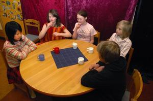 Julgran. Hemma hos Lottas familj råder förstämning. Runt bordet sitter storasyster Mia (Alice Sjöström), mamma (Ylva Falkeström), Lotta (Emelie Westholm), pappa (Elias Pettersson) och storebror Jonas (Anton Larsson) och oroar sig för att det inte blir någon julgran i år.