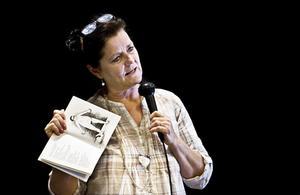 – Kärlek är ett bra tema. Någon slags kärlek har alla upplevt, sa Marie Jönsson Schellander. Här håller hon upp boken