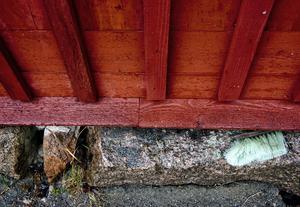 Utbyggnaden vilar på samma typ av grund som den ursprungliga delen. Grannarna har bidragit med grundstenar som blivit liggande kvar efter tidigare byggnader.