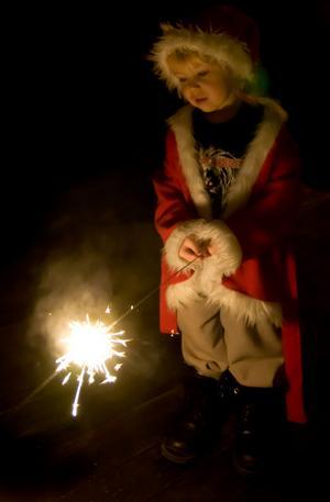 Stort tomtebloss och en liten tomte ger julstämning i Kungälv.