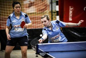 Chloe Thomas och Michelle Quach vann tillsammans sex segrar för Ås mot Falköping när kontraktet räddades i pingisens elitserie.