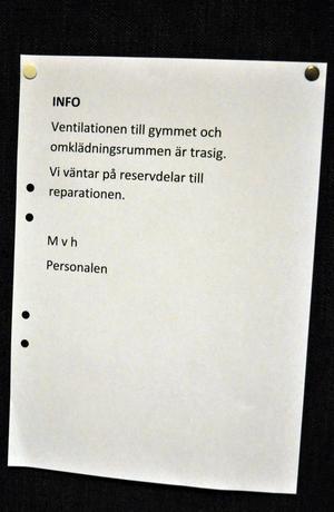 Under måndagen sattes anslag om ventilationsproblemen upp i Skönvikshallen.