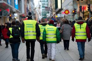 Extra poliser och polisvolontärer bevakar Drottninggatan i Stockholms city. Ett femtiotal extra poliser rörde sig i måndags i Stockholms city med anledning av lördagens bomattack av en självmordsbombare. Foto: Fredrik Sandberg/Scanpic