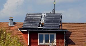 Debattören önskar att många fler installerar solceller på sitt tak och producerar sin egen el.