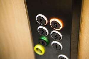 Öka statligt stöd till boende för äldre, till exempel till installation av hiss, föreslår SPF.