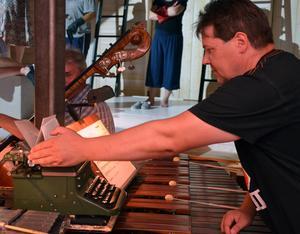 En gammal skrivmaskin ingår som slagverk i föreställningen hanterad av David Kangasniemi.