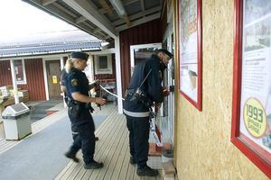 Butiken spärrades av, i väntan på att en teknisk undersökning kan genomföras.