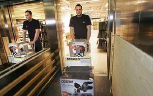 -- Tunga varor kan gå  via hissen till p-platsrna vid Fisktorget, berättar Robert Lindell, chef för Clas Ohlson. FOTO: STAFFAN BJÖRKLUND