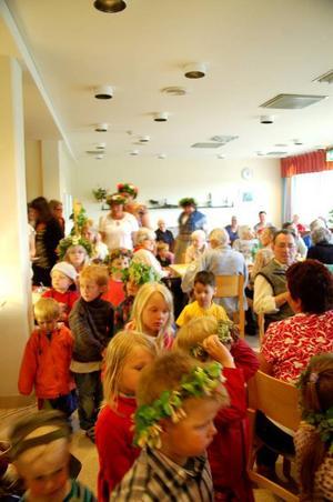 Unga och gamla möts på Sjukhemmet i Sveg under midsommarfirandet. Foto: Sandra Wåger