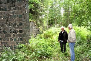Mona Westerlund och Stig Johansson vill väcka nytt liv i hyttan i Uttersberg.