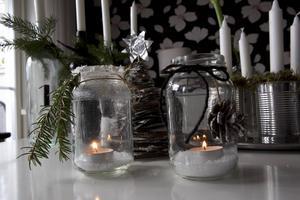 Ljus i gamla syltburkar: Ta bort etiketten. Lägg konstsnö i botten. Dekorera med kvistar och kottar som du kan sprayfärga om du vill.