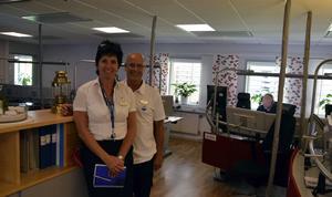 Lotta Fernström, platschef på SOS Alarm i Sundsvall tillsammans med Anders Klarström, presschef för SOS Alarm Sverige.