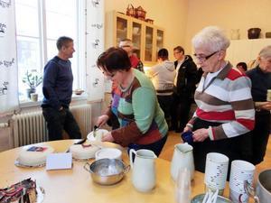 I köket på sydsamiskt centrum Gaaltije lyftes tårtorna fram under en paus i föreläsningarna.