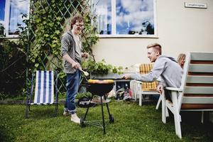 Delandets ekonomi kan se ut på många sätt. Mattias Jägerskog (till vänster) delar grill med Andreas Hurtig och de andra grannarna.