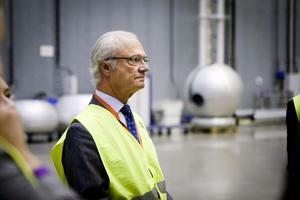 Kung Carl XVI Gustaf i ABB:s stora provhall Uhven.