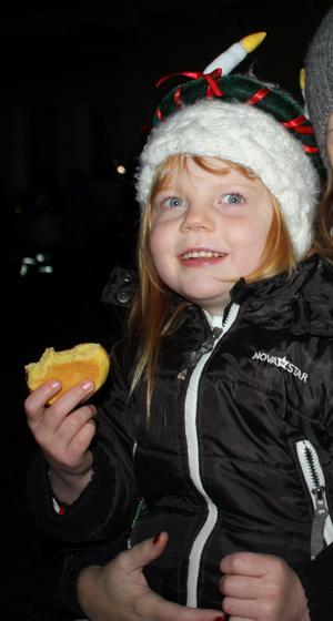 – Det är mysigt att fika efter luciatåget! Bäst var pepparkakorna med strössel och  kristyr, säger Nellie Abelson, 4 år, på Klockarängens förskola i Lillån.