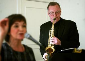 Anders Eklund kom loss i ett saxofon-solo i psalm 122. Eva Björk ledde sången i Dagen är kommen...  Symboliskt, förstås, efter som arrangemanget i bönhuset gick på kvällstid.