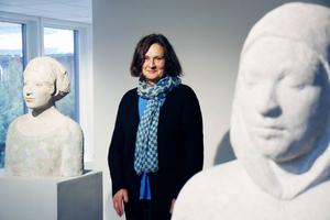 Hon ställde ut i Sandvikens konsthall på 1980-talet. Nu återvänder Camilla Bergman med nya skulpturer.