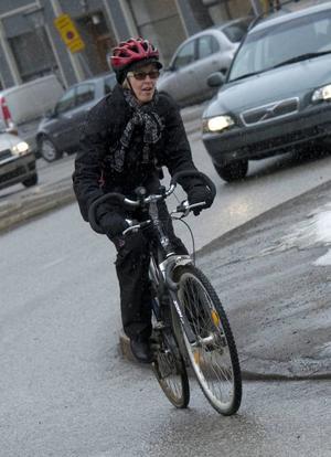 Enligt reglerna ska en cyklist hålla sig till höger i körfältet, vilket kan leda till många farliga situationer för cyklisten.