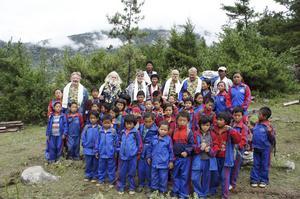 Resegänget har under flera år arbetat med att bygga upp ett skolhem och en hälsocentral i Nepal. Här ett gruppfoto tillsammans med barn och vuxna från skolhemmet.
