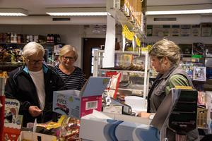 Per-Inge och Birgitta fick reda på situationen gällande återvinningsstationen av kassabiträda Ingalill Källberg. De bestämde sig direkt för att skriva på namninsamlingslistan på kassadisken.